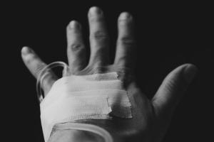 hand met infuus
