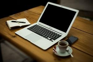 laptop op keukentafel